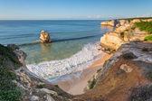 La bahía en el océano con olas azules hermosos. portugal algarve. — Foto de Stock