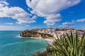 Playa de carvoeiro, en portugal. escena de la calle marina. — Foto de Stock