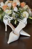 Bride's shoes and flowers — Stock Photo