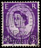 Stamp printed in UK shows portrait of Queen Elizabeth II — Zdjęcie stockowe