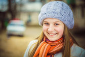 La ragazza in un berretto bianco — Foto Stock