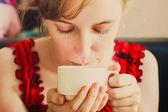 カップを保持している女性の手 — ストック写真