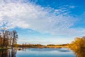 Lucht en de wolken reflectie op meer — Stockfoto