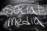 Handschriftliche nachricht auf tafel schreiben nachricht social-media — Stockfoto