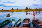 Rapaz bielorusso de velhos barcos de pesca ao pôr do sol de um dia de verão — Foto Stock