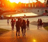 Молодой белорусский народ пешком через парк Горького — Стоковое фото