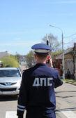Rússia. o inspetor de tráfego na estrada no assentamento. — Foto Stock