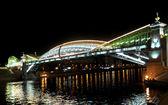 Bogdan Khmelnytsky Bridge (The Kiev foot bridge) through the Moskva River in Moscow at night. — Stock Photo
