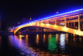 Arochny puente atraviesa el río moscú en la noche — Foto de Stock