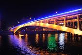 Pont d'arochny à travers la rivière de moscou dans la nuit — Photo