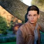 atrakcyjny model mężczyzna młody na zewnątrz w przyrodzie — Zdjęcie stockowe #15333415