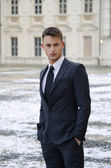 Dobry młody mężczyzna i eleganckim pałacu ze śniegu — Zdjęcie stockowe