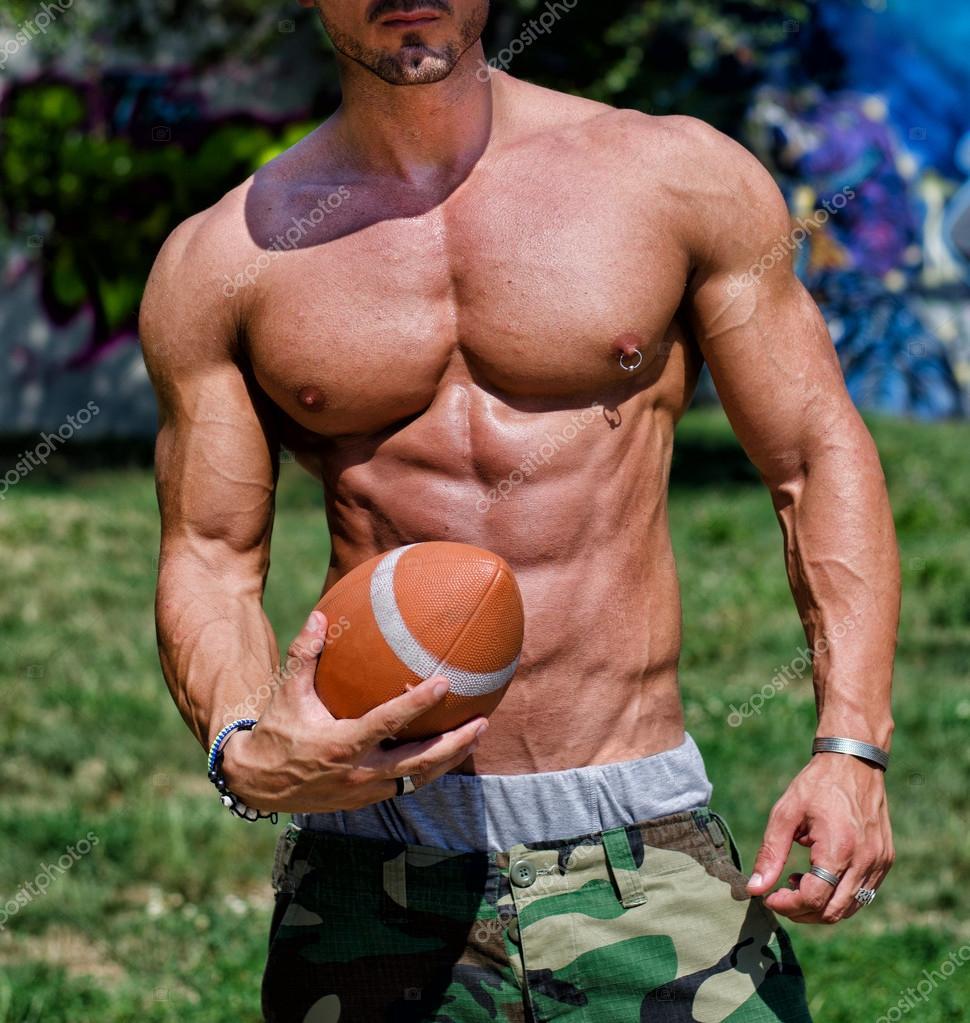 Nahaufnahme der Torso des sehr muskulösen Mann nackt mit Fußball ...: de.depositphotos.com/31360593/stock-photo-close-up-of-torso-of.html