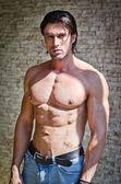 Красивый мускулистый мужчина без рубашки носить джинсы — Стоковое фото