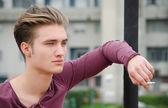 Yakışıklı sarışın genç adam sigara i̇çilmeyen — Stok fotoğraf