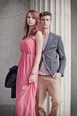 Elegant unga paret bredvid gamla sten kolumn — Stockfoto