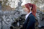 Elegante jonge vrouw, rood-headed, dragen jas — Stockfoto