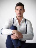 Elegantní mladý muž s bílou košili a šle — Stock fotografie