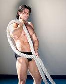 彼の腕で重い、大きいロープと筋肉の男のヌード — ストック写真