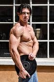 Bar överkropp muskulös man hålla vikten skiva — Stockfoto
