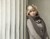 Aantrekkelijke blonde jonge vrouw leunend tegen betonnen kolom — Stockfoto