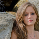 Headshot of pretty blue eyed, brunette girl outdoor — Stock Photo
