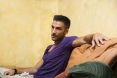 ソファの上ハンサムな男 — ストック写真