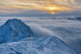 Pôr do sol sobre as montanhas e as nuvens no inverno — Foto Stock