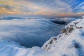 Solnedgång över bergen och moln på vintern — Stockfoto