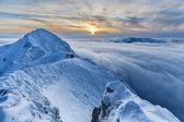 冬の雲、山に沈む夕日 — ストック写真