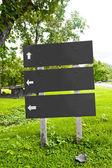 Drewniany znak billboard na trawie — Zdjęcie stockowe