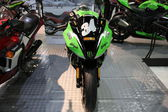 Motorcycle kawasaki ninja green — Stock Photo