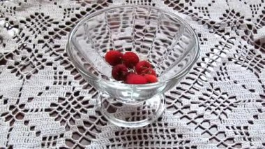 Appetizing raspberry and chamomiles flowers — Stock Video