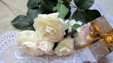 White roses and present — Stock Video