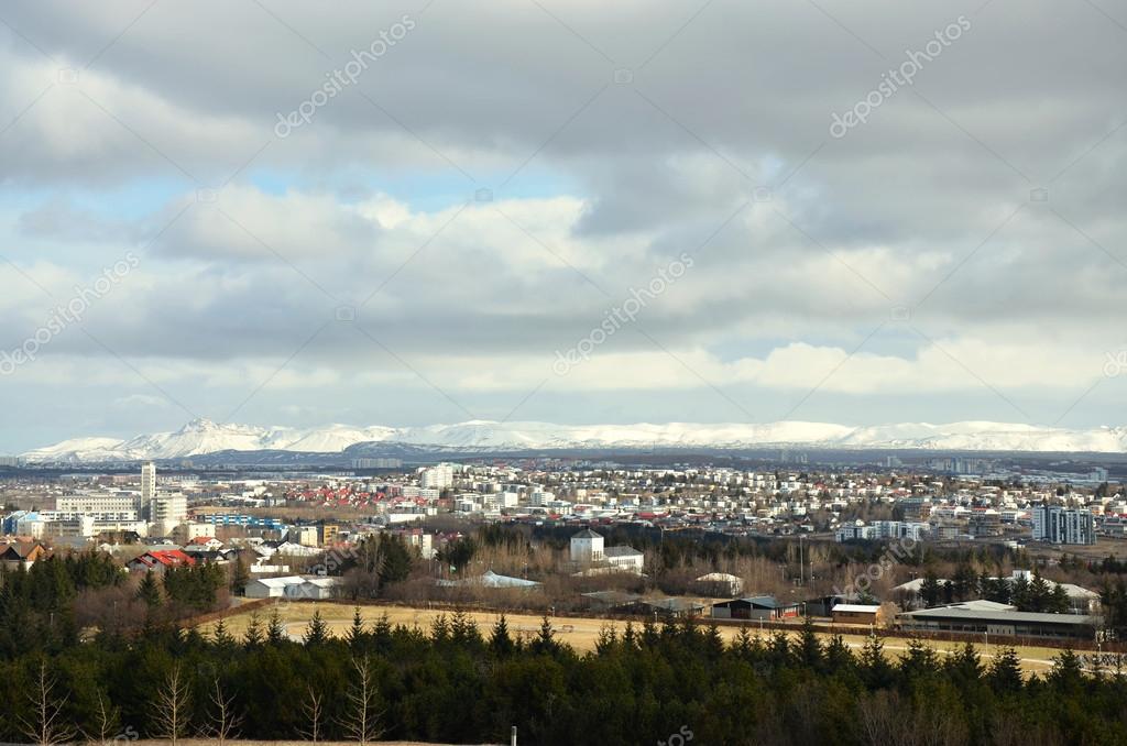 luftbild von reykjavik hauptstadt von island von der spitze der kirche hallgrimskirkja. Black Bedroom Furniture Sets. Home Design Ideas