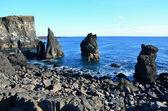 アイスランドの南海岸のビーチでの火山岩の柱 — ストック写真