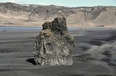 Volcanic rock pillar in the beach of Dyrholaey in the southern coast of Iceland — Stock Photo