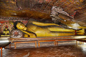 Lying gold Buddha in Cave temple in Dambulla Srí Lanka — Stock Photo