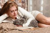 Krásná a roztomilá žena čte knihu — Stock fotografie