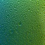 Water drops spectral green yellow blue gradient rainbow colorful beading lotuseffekt tau sealing — Stock Photo #35015153