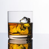 Whiskey glass reflection ice drink bourbon rocks alcoholic alcohol scotland spirit tennessee — Stock Photo