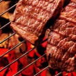viande de steak sur la grille du barbecue — Photo