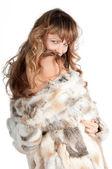 Belle jeune femme avec des poils longs en manteau de fourrure — Photo