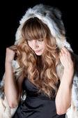 Hermosa joven con pelo largo abrigo de piel — Foto de Stock
