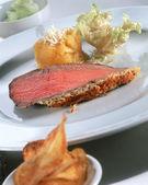 Lecker Stück gebratenes Fleisch mit Salat und chips — Stockfoto