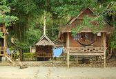 дома на сваях на ко чанг, таиланд — Стоковое фото
