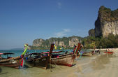 Traditional Thai boat on Railay beach, Krabi, Thailand — Stock Photo