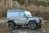 Jeep am fluss — Stockfoto