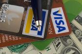 Kredi kartları, para ve kalem — Stok fotoğraf