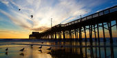 Newport Beach California Pier at Sunset in the Golden Silhouette — Stock Photo